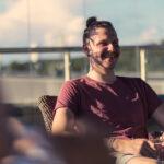 Hymyilevä mies auringon valossa.