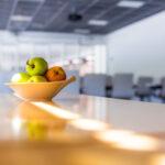 Omenat kokoustilassa