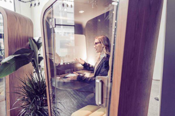 Nainen puhelinkopissa.